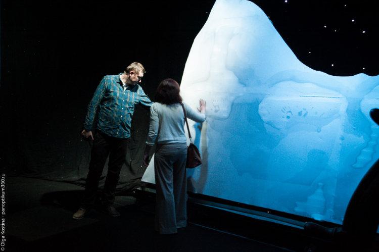 Люди трогают айсберг Титаника