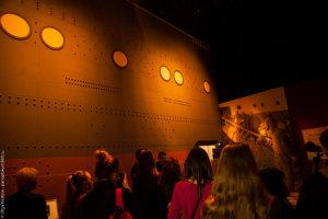Гости экскурсии по музею Титаника, изучают палубу