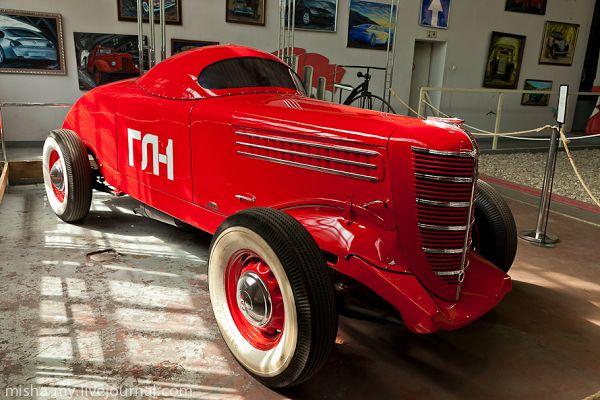Авто в музее ретро-автомобилей