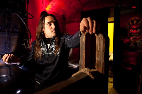 Валерий Переверзев проводит экскурсию по музею телесных наказаний