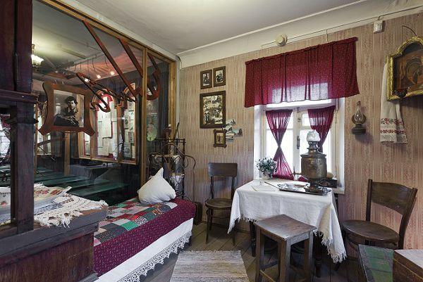 Комната Сергея Есенина с видом на стекло в музее Есенина