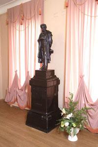 Монумент Пушкину в музее Пушкина