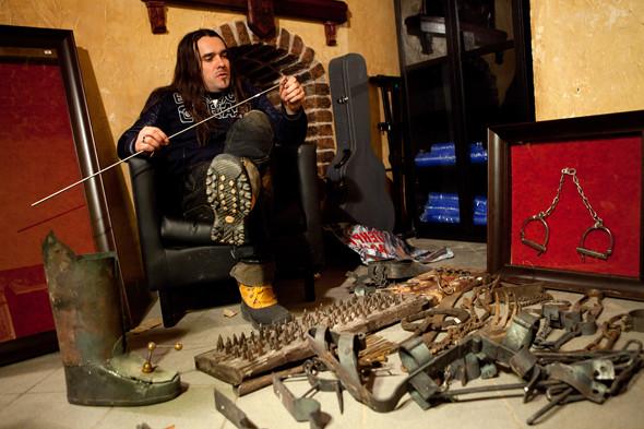 Валерий Переверзев с инструментами пыток в музее телесных наказаний
