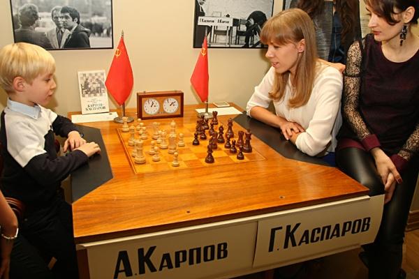 Столик игры Карпова и Каспарова в музее шахмата