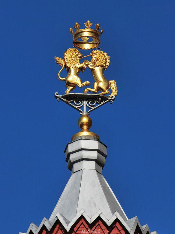 Лев и единорог на башне исторического музея