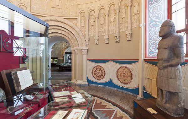Экспозиция с древними предметами в историческом музее
