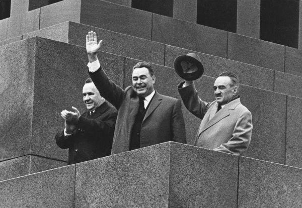 Приветствие советской власти с трибуны мавзолея
