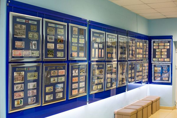 Стена разных валют в музее денег мира