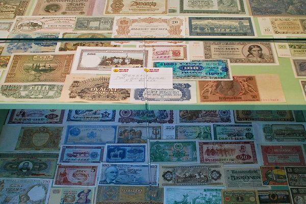 Деньги разных стран в музее денег мира