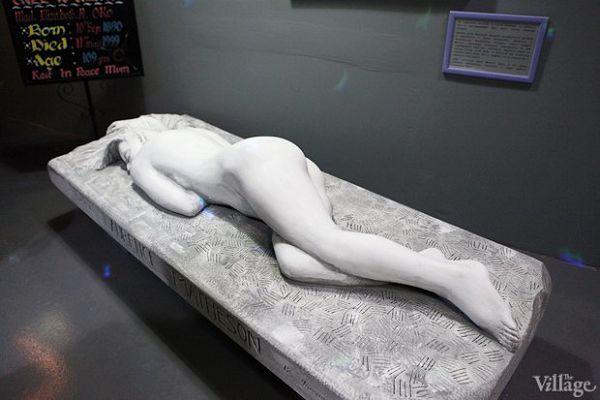 """Надгробие """"женщина"""" в музее смерти"""