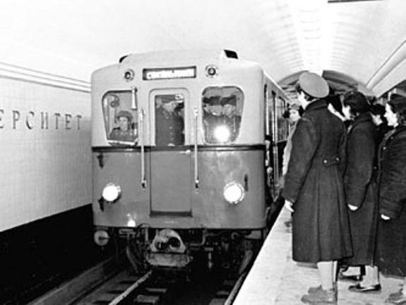 старое фото люди ждут поезд в метро