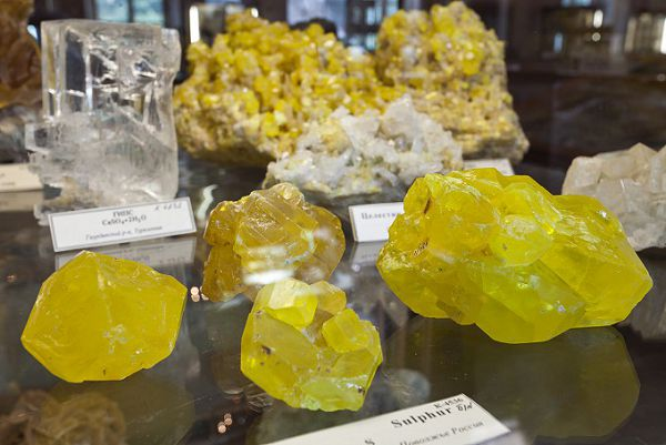 Желтоватые камни в минералогическом музее Ферсмана