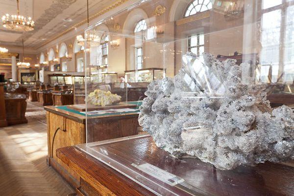 Огромный Кристалл в минералогическом музее им Ферсмана