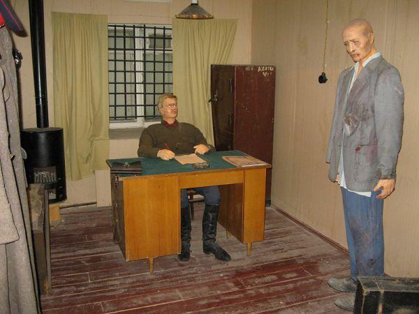 МКВД'шник и заключенный в музее ГУЛАГа