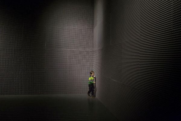 мальчик на фоне черно-белых стен в центре современного искусства гараж
