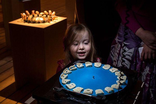 Радостная девочка рассматривает экспозиции в музее современного искусства гараж