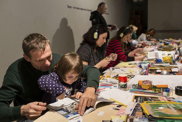 отец и дочка весело проводят время в музее современного искусства гараж