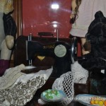 Медведь за швейной машинкой в музее кукол