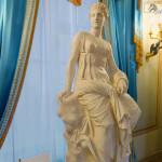 Скульптура возле парадной леснтицы в музее Пушкина