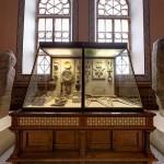 Каменные статуи в историческом музее