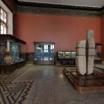 Каменные плиты в историческом музее