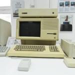 Компьютер с малельнким экраном в музее техники apple
