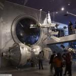 Люди осматривают экспозиции в музее космонавтики на вднх