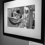 Фотография девушки, держащаяся за голову в центре фотографии братьев Люмьер