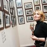 Девушка рассматривает фотографии в центре фотографии братьев Люмьер