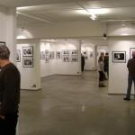 Люди посещают выставку в центре фотографии братьев Люмьер
